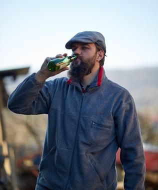 Agriculteur, paysan brasseur buvant une bière